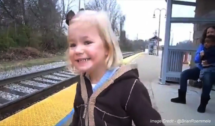 बच्ची ने पहली बार देखी ट्रेन, दिया ऐसा रिएक्शन, आपके चेहरे पर भी आ जाएगी मुस्कान