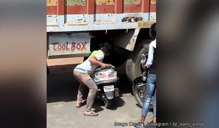 ट्रक ने किया ट्रैफिक जाम तो इस शख्स ने गजब जुगाड़ लगाकर निकाली बाइक