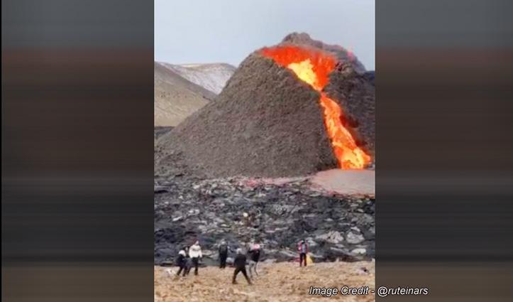 पीछे फटा ज्वालामुखी, सामने वॉलीबॉल खेलते रहे युवक, देखिए जबरदस्त वीडियो
