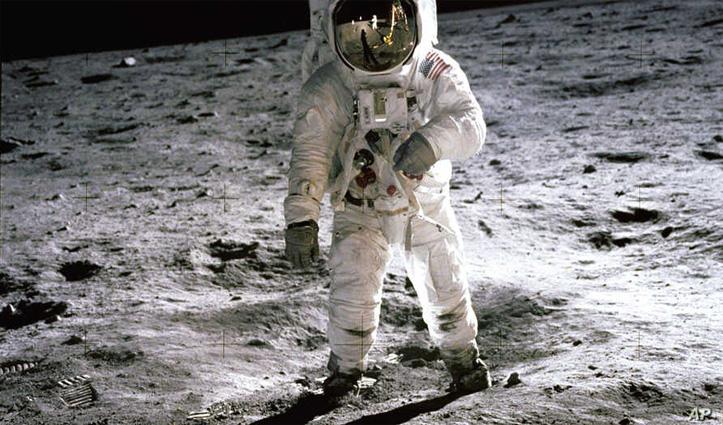 चांद पर पेशाब करने वाला ये है दुनिया का पहला इंसान- कैसे हुआ था ये  सब