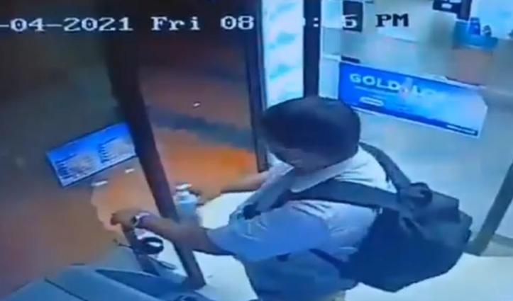 आपदा को बनाया अवसर : शख्स ने ATM से चुराया हैंड सैनिटाइजर, देखिए वीडियो