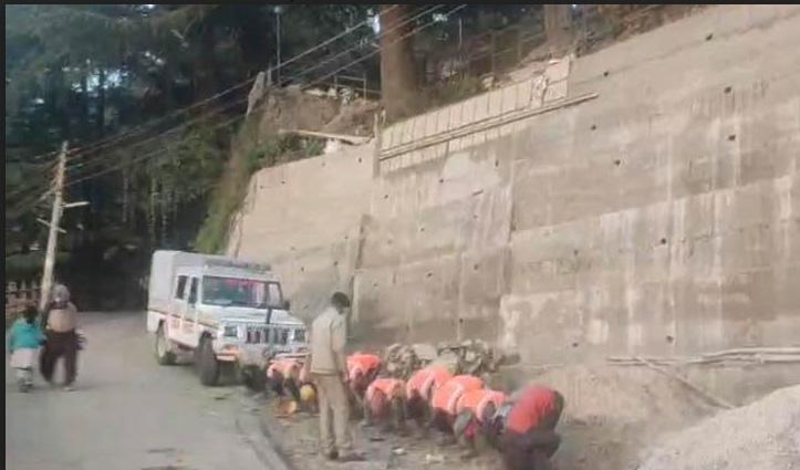 Shimla: सड़क किनारे यह कैसा बनाया मुर्गा कि 3 पुलिस कर्मी हो गए लाइन हाजिर- जानिए