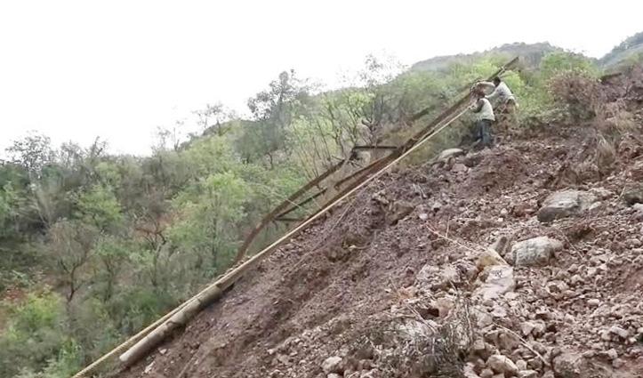 फोरलेन निर्माण में लगे ठेकेदार का कारनामाः मिट्टी की डंपिंग कर बिजली की लाइन व खंभों को पहुंचाया नुकसान
