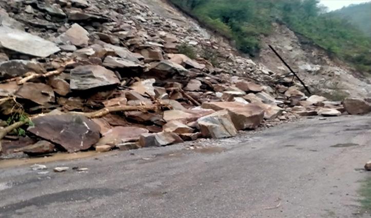 पहाड़ी से गिरा मलबा, बंद रहा चंडीगढ़-मनाली Highway,देखें Live वीडियो