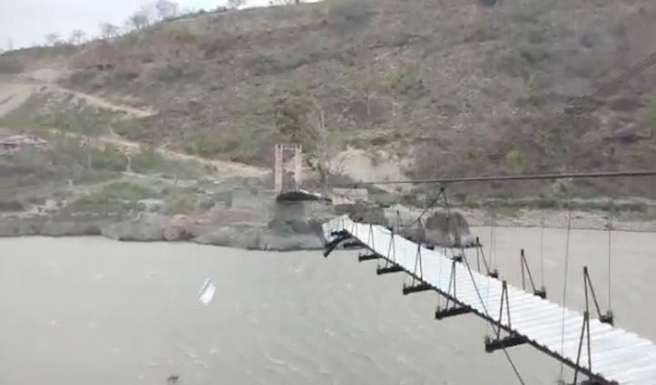 हवा के झोंकों से ताश के पत्तों की तरह बिखर गया 19 लाख से बना पुल