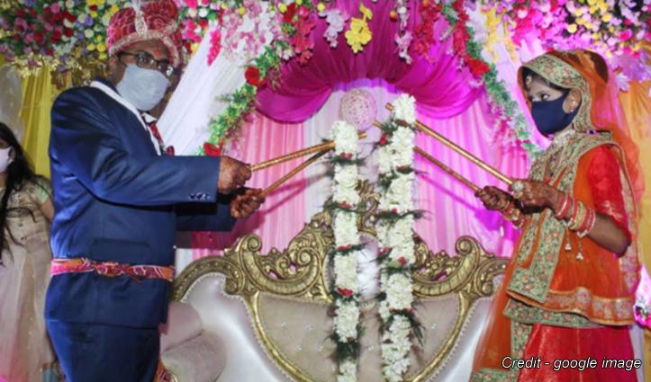 शादी में अपनाई ऐसी सोशल डिस्टेंसिंग, दूल्हा-दुल्हन ने डंडे से पहनाई वरमाला