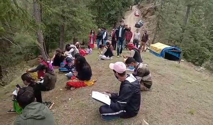 गांवों में नेटवर्क नहीं ऑनलाइन क्लास लगाने के लिए जंगल के बीच पहाड़ी पर जा पहुंचे ये बच्चे