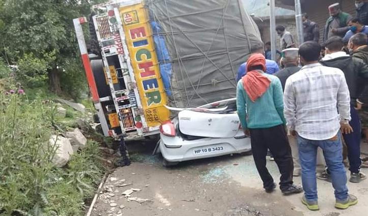 कार पर गिरा भारी भरकम ट्रक