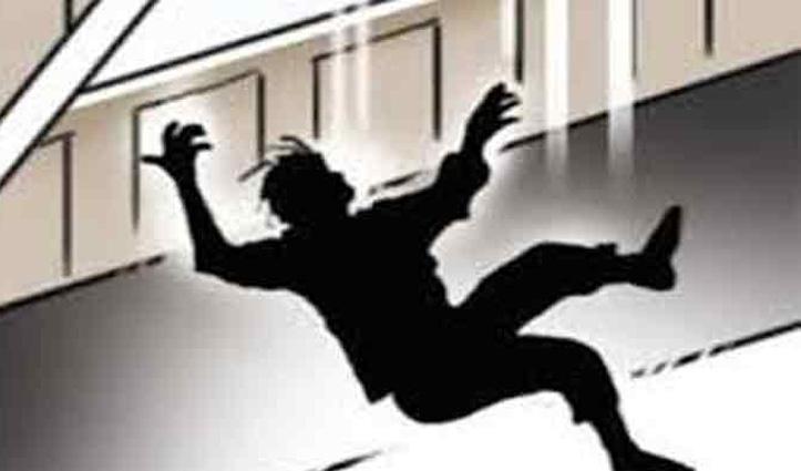 Himachal : तूड़ी लेने छत पर गया व्यक्ति पैर फिसलने से नीचे गिरा, गई जान