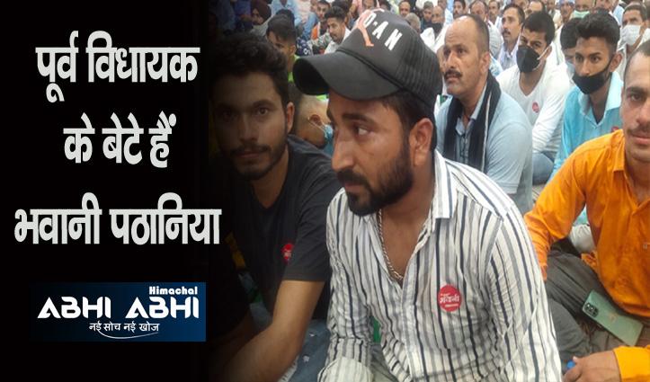 कार्यकर्ताओं की छाती और गाड़ियों पर 'जय भवानी', कांग्रेस का नाम और निशान गायब