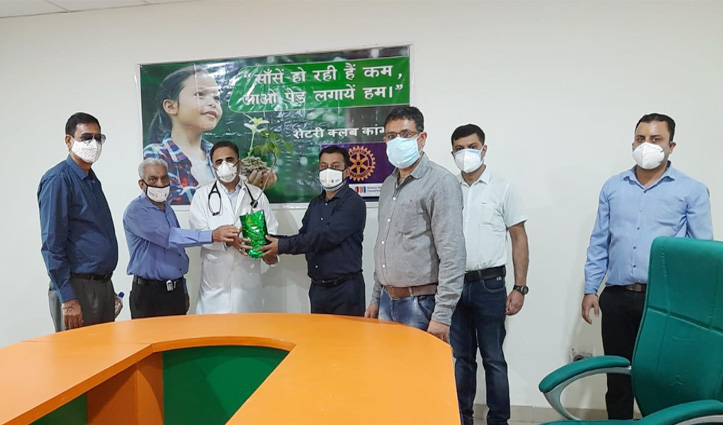 पर्यावरण दिवस: रोटरी क्लब ने डॉ राजेश के मार्फत कोविड संक्रमितों के परिजनों को भेंट किए पौधे