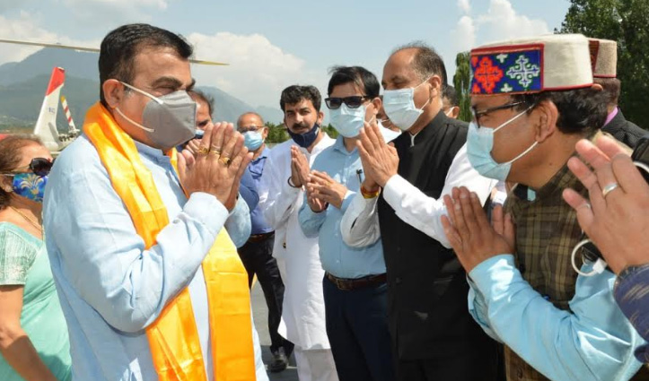 CM Jai Ram Welcomes Union Minister Nitin Gadkari at Bhuntar airport