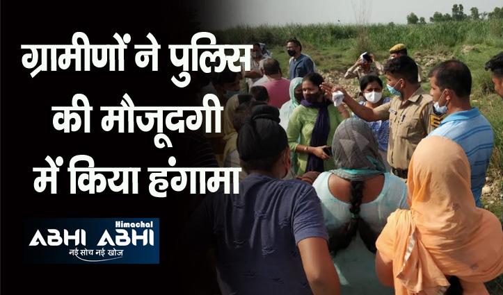 स्टोन क्रशर निर्माण के विरोध में ग्रामीण, प्रशासन और विधायक के खिलाफ की नारेबाजी