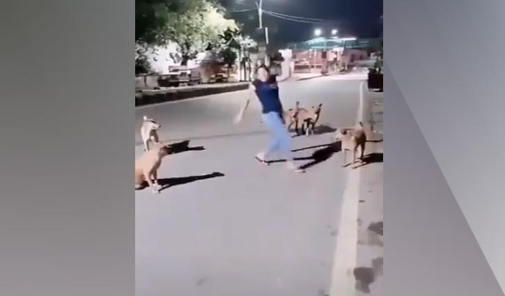 कुत्तों के सामने झूमकर नाची ये बसंती, देखें ये वीडियो