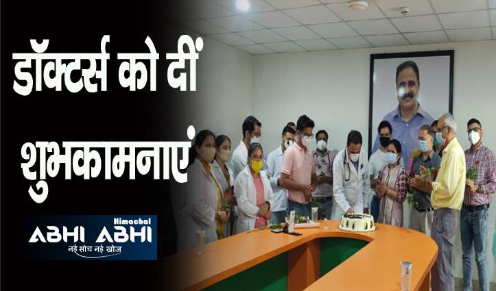 श्री बालाजी अस्पताल में डॉक्टर्स-डे पर काटा केक, डॉ. राजेश भी रहे मौजूद