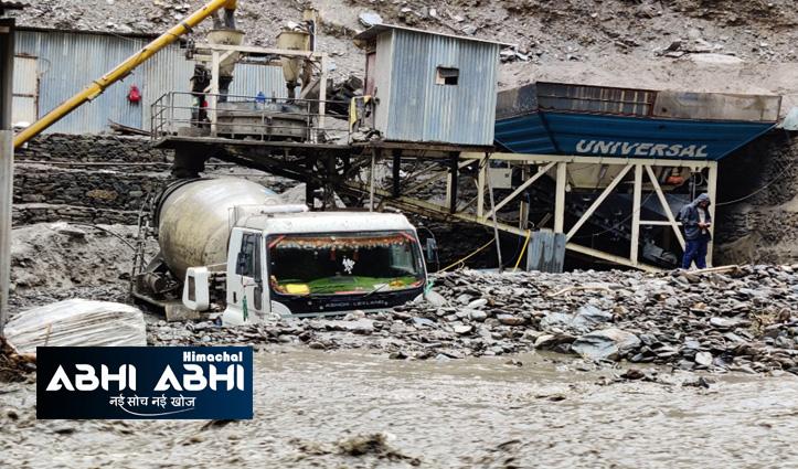 मंडीः हणोगी नाले में बाढ़- फोरलेन का काम कर रही कंपनी की मशीनरी मलबे में दबी