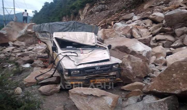 हिमाचल में बड़ा हादसा, चंडीगढ़-मनाली हाइवे पर पहाड़ी से गिरे पत्थर,  जीप हुई चकनाचूर