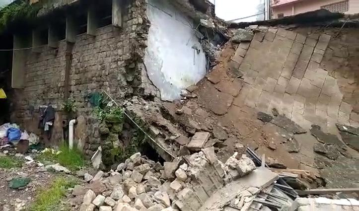सिरमौर में ददाहू बस स्टैंड के भवन का हिस्सा गिरा और मच गई अफरा-तफरी