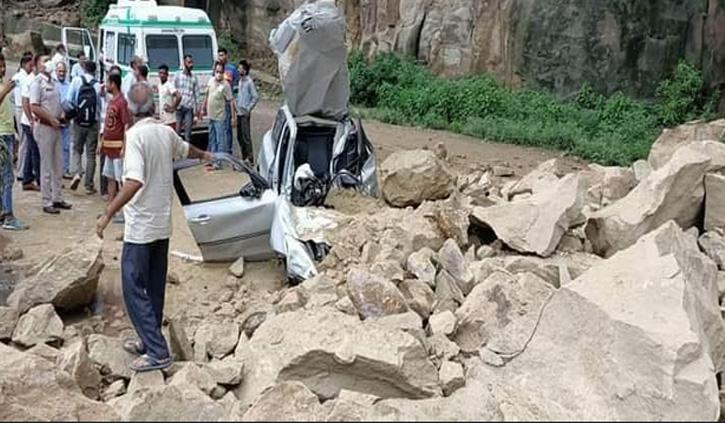 हिमाचल में भूस्खलन की चपेट में आई कार, छत काट बाहर निकाला घायल चालक