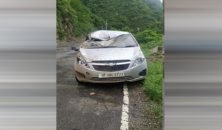चंबा जा रहे परिवार की कार पर पहाड़ी से गिरा मलबा, सिरमौर में पिकअप पलटी