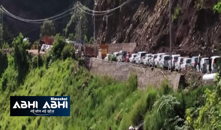 कालका शिमला एनएच- 5 पर दरकी पहाड़ी, वाहनों की लगी कतारें