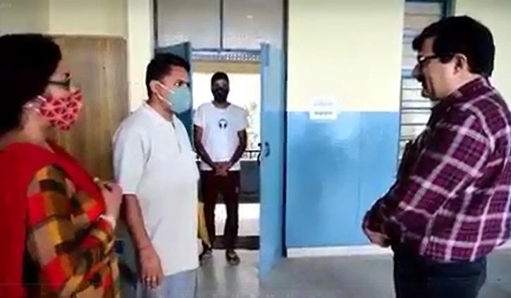 स्कूल आ धमके एजुकेशन मिनिस्टर, छात्रों से ऑनलाइन की बात तो दिखें उत्साहित