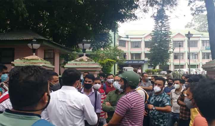 हिमाचल: टाइपिंग टेस्ट ना लेने पर भड़के अभ्यर्थी, SSC ऑफिस के सामने मचाया बवाल