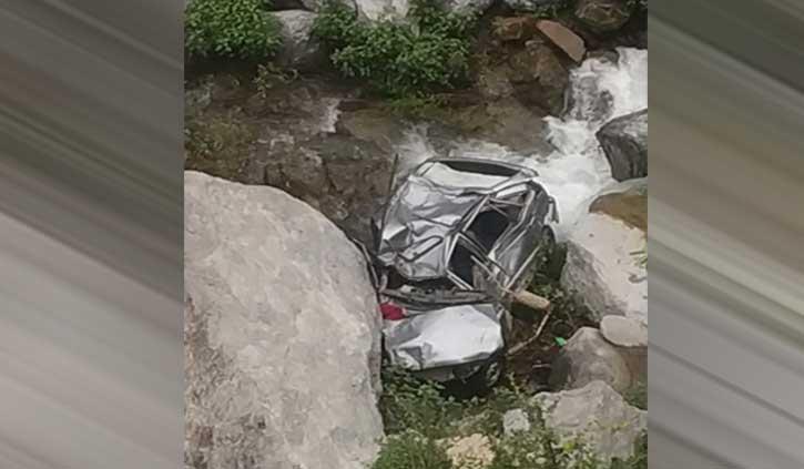 हिमाचल में रात को नाले में गिरी कार लोगों को सुबह चला पता, एक की मौत
