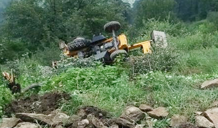 हिमाचल: डंगा धंसने से खाई में लुढ़की जेसीबी, ऑपरेटर की गई जान, एक अन्य गंभीर जख्मी