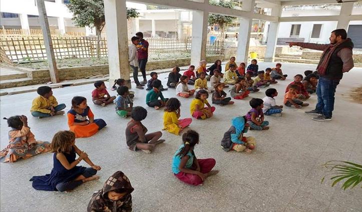 बिहार में जहां धधकती है चिताएं, वहां कुछ युवा जला रहे हैं शिक्षा की अलख