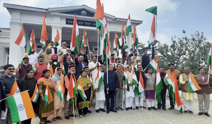 एक बजे साथ-साथ लहराना था तिरंगा, बीजेपी से पहले कांग्रेसियों ने लहरा दिया झंडा