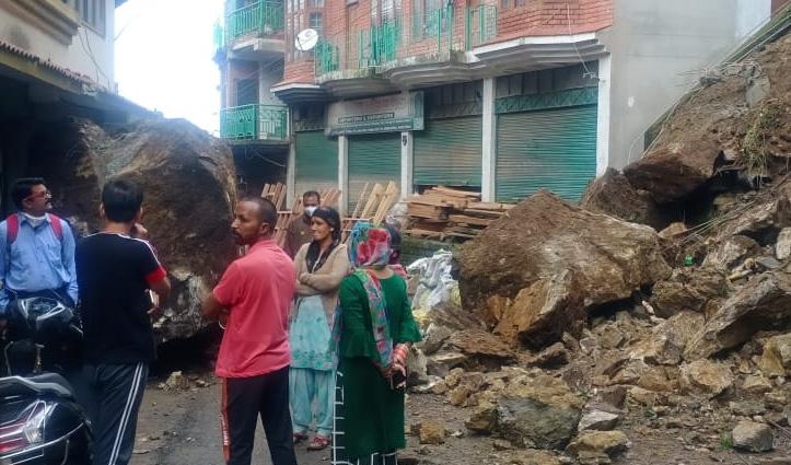 बड़सर के पूर्व विधायक बलदेव शर्मा के घर पर गिरी चट्टानें, बाल-बाल बचे लोग