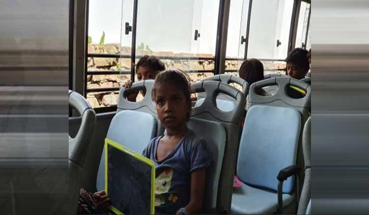 कबाड़ बीनने वाले बच्चों के लिए तेजसिया ने बना दिया 'बस में क्लासरूम'