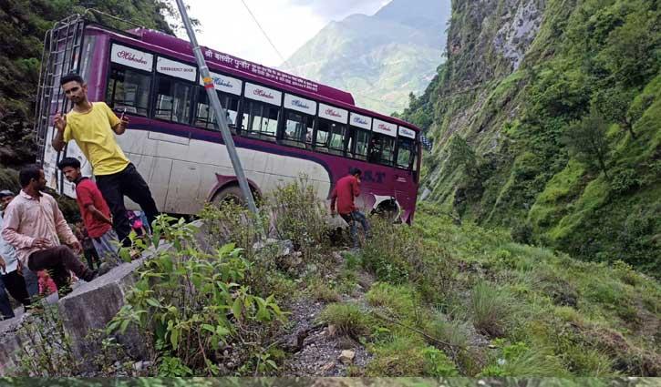 हिमाचल में यहां हवा में लटकी निजी बस, अटकी 30 लोगों की सांसें