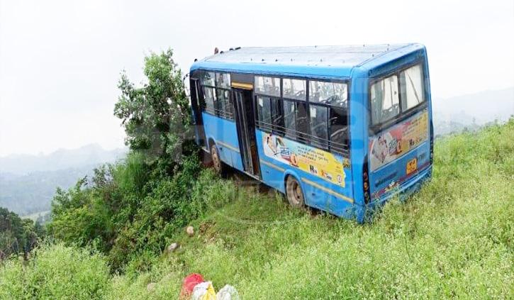 हिमाचल में बेकाबू बस खाई में लगी लुढ़कने, बाल-बाल बचे लोग