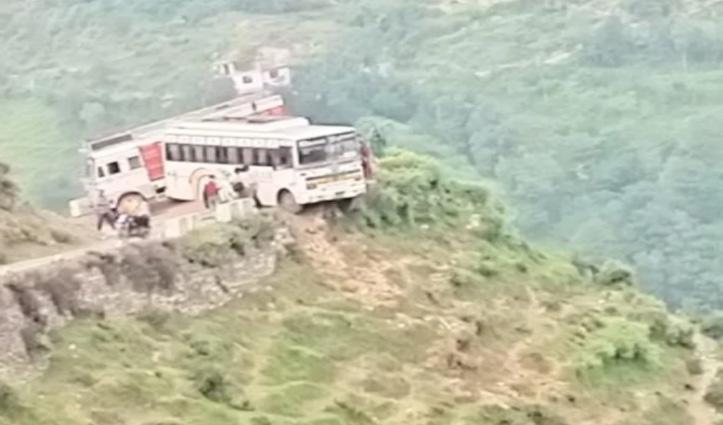 हिमाचल: सिरमौर के बाद अब यहां हवा में लटकी बस, अटक गई सांसें