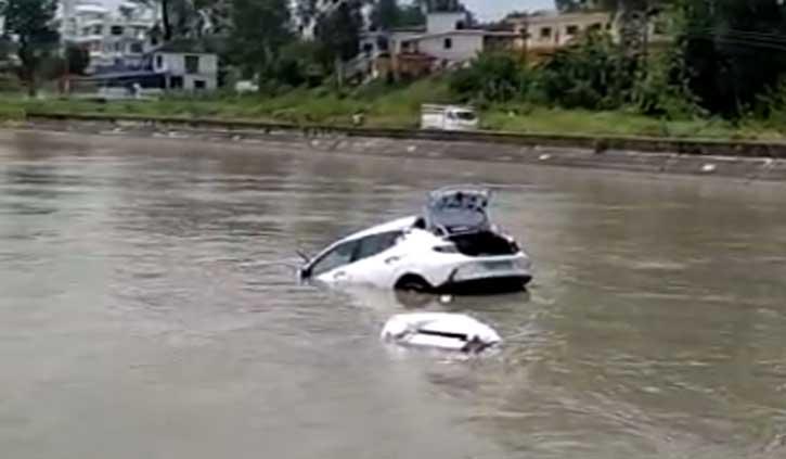 हिमाचल में पैरापिट से टकराकर उड़ते हुए नहर में गिरी कार, युवक ने ऐसे बचाई जान