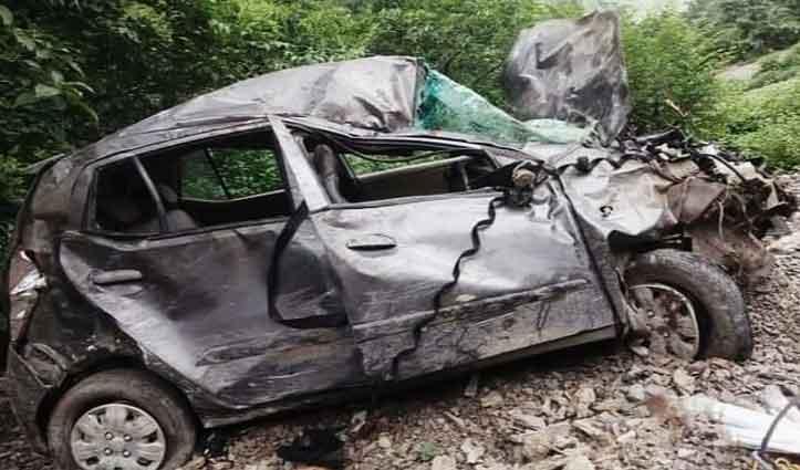 हिमाचल: खाई में लुढ़की कार के परखच्चे उड़े, चालक की हालत नाजुक