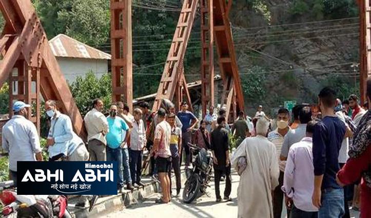 हिमाचल में पुल पर चप्पल व पैसे रख कर उफनती रावी में कूद गया 65 वर्षीय शख्स
