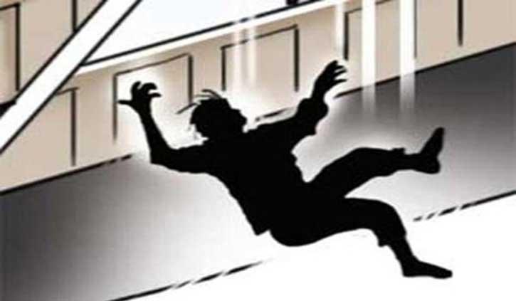 हिमाचल: छत से फिसल कर धड़ाम से गिरा युवक, बुझा घर का दीपक