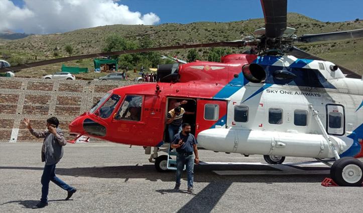 लाहुल में फंसे सभी पर्यटक हेलिकॉप्टर से सुरक्षित पहुंचाए कुल्लू  ,सीएम ने अपना हेलिकॉप्टर किया था तैनात