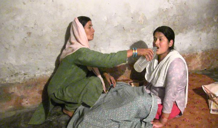 बिस्तर पर जवान बेटीः उपचार करवाने में लाचार मां लगा रही मदद की गुहार