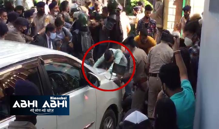 एचपीयू में हंगामाः एसएफआई ने किया वीसी का घेराव, सुरक्षा कर्मियों के साथ धक्कामुक्की