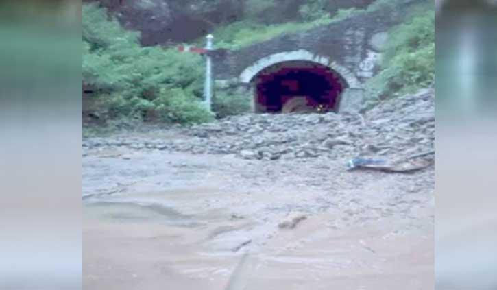 कालका शिमला ट्रैक पर गिरा मलबा, दो घंटे तक ट्रेनों की आवाजाही ठप