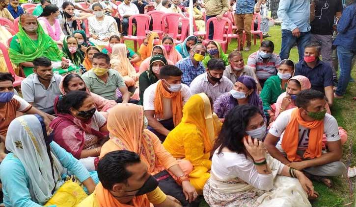 सीएम जयराम से मिलने पहुंचे लोग धरने पर बैठे, कांगड़ा विश्राम गृह में हुआ बवाल
