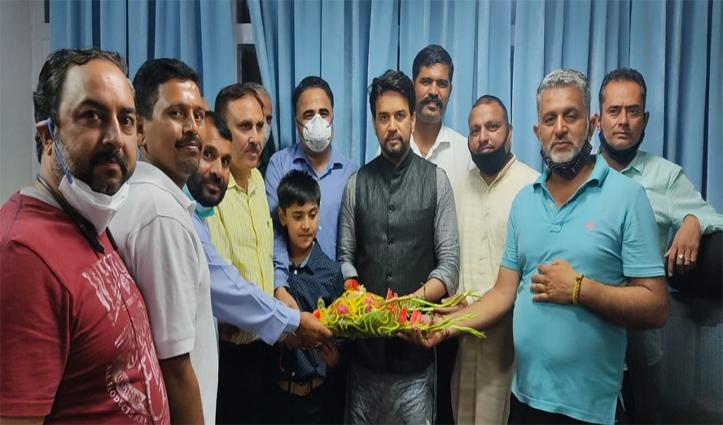डॉ राजेश की अगुवाई में हॉकी कांगड़ा ने अनुराग से मिलकर अंतरराष्ट्रीय मैदान के लिए मांगा सहयोग
