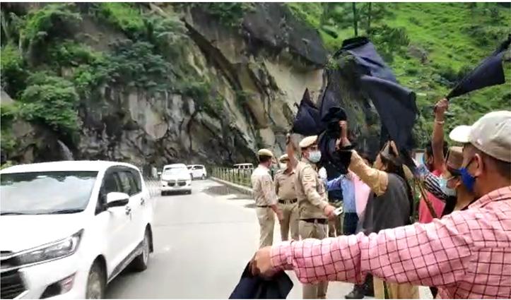 किन्नौर में वीरेंद्र कंवर को कांग्रेसियों ने दिखाए काले झंडे, गौ बैक के नारे भी लगाए