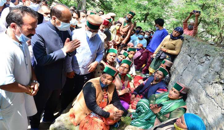 किन्नौर लैंडस्लाइड के मृतकों के परिजनों को  4-4 लाख मुआवजा देगी सरकार, पीड़ितों से भी मिले सीएम