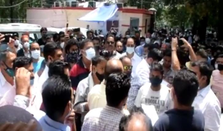 हिमाचल: पति-पत्नी पर जानलेवा हमला के आरोप में पुलिस ने धरे 3 आरोपी, बीजेपी नेता अब भी फरार