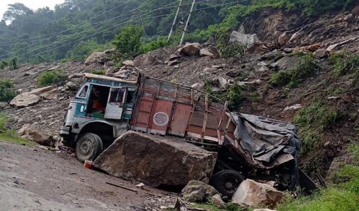 हिमाचल में अब मंडी में दरका पहाड़, मलबे की चपेट में आया ट्रक -चालक घायल
